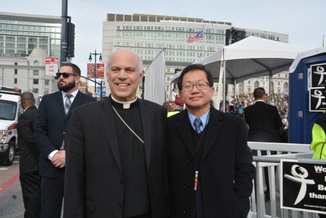 平等公義協會主席李少敏(右)和舊金山天主教區大主教科爾迪利(左)參加了此次遊行。(圖片由平等工藝協會提供)