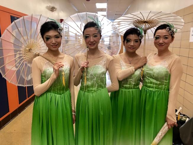 舞蹈「茉莉花」的表演者身著精美服飾,帶來精彩表演,右一為龍飛詠。(記者朱蕾╱攝影)