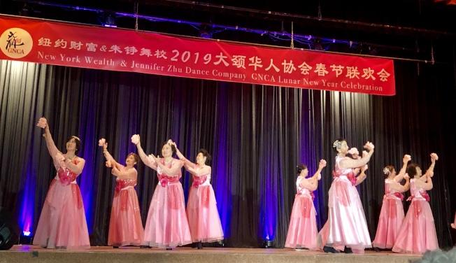 華裔年長者表演民族舞「夢入桃花源」。(記者朱蕾╱攝影)