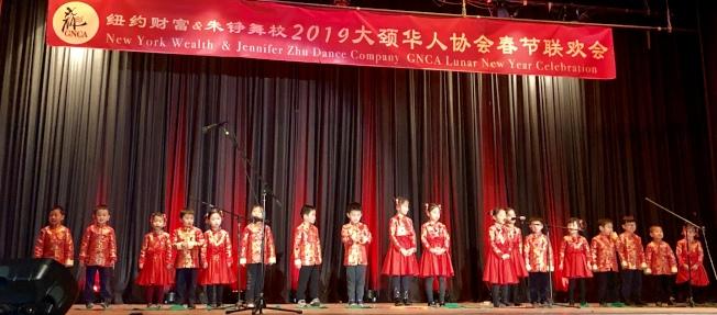 小朋友們表演古詩吟誦。(記者朱蕾/攝影)
