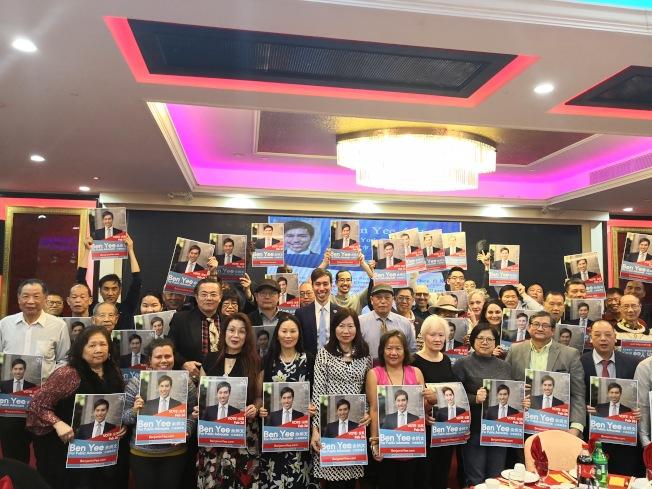 余炳文(二排左五)競選市公益維護人獲大批民眾支持。(記者黃伊奕/攝影)