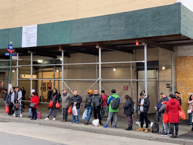 目前紐約市共有8197個鷹架搭建在人行道上方。(記者和釗宇/攝影)