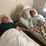 結縭70年夫妻牽手同辭世 失智婦唯一惦記「我的老伴」