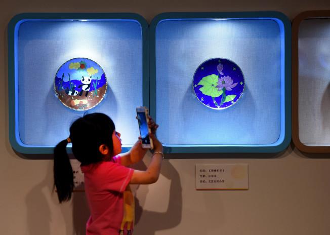 對於保護小孩網路安全,是讓孩子知道危險的樣貌以及如何正確地保護自己。(新華社)