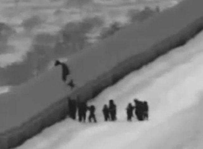 亞利桑納州尤瑪邊境圍欄發生女童跌落高牆的意外。(圖/海關及邊境保護局)