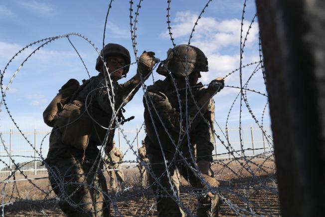 國防部將增派軍隊前赴美墨邊境。圖為陸戰隊員在德州美墨邊境裝設鐵絲網。(Getty Images)