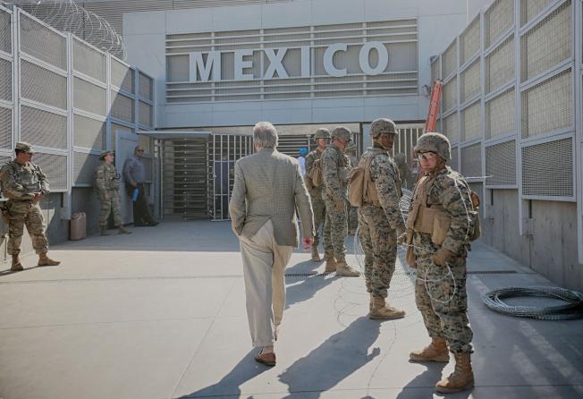 國防部將增派軍隊前赴美墨邊境。圖為陸戰隊員在加州美墨邊境裝設鐵絲網。(Getty Images)