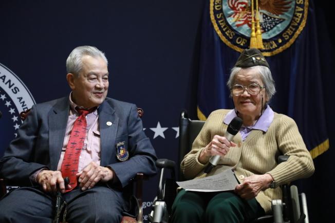 五位華裔二戰老兵在退伍軍人事務部接受表彰,曾服務飛虎隊的李其深(左)、陸軍護士團陳貞潔分享回憶。(記者羅曉媛/攝影)