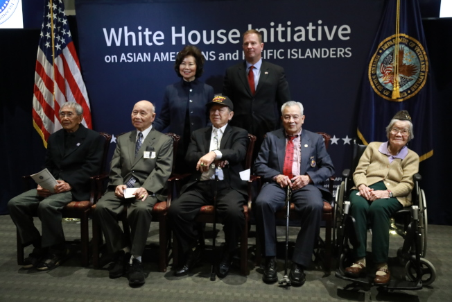 五名華裔二戰老兵在退伍軍人事務部接受表彰,前排從左至右,伍James、Harry Jung、Henry Lee、李其深,陳貞潔,與運輸部長趙小蘭(後左)、退伍軍人事務部檢察長伯恩在表彰儀式上。(記者羅曉媛/攝影)