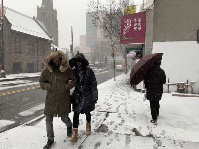 紐約法拉盛地區30日下午降雪,雖僅飄雪半小時,但地上已積雪。不少民眾表示,早備好雨具等用品出行。記者賴蕙榆/攝影