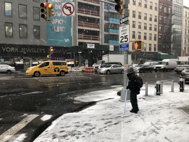 紐約曼哈頓地區30日下午降雪,市府早已在道路上撒鹽,充分做好準備。記者洪群超/攝影