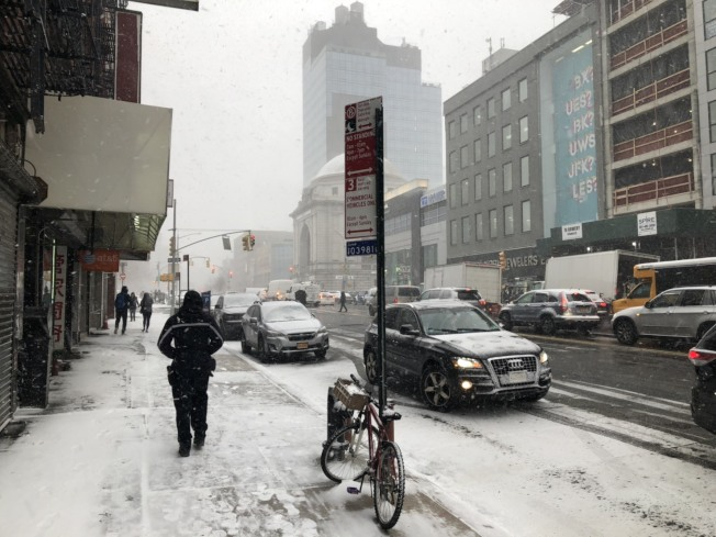 紐約曼哈頓地區30日下午降雪,華埠街頭行人三三兩兩。記者洪群超/攝影