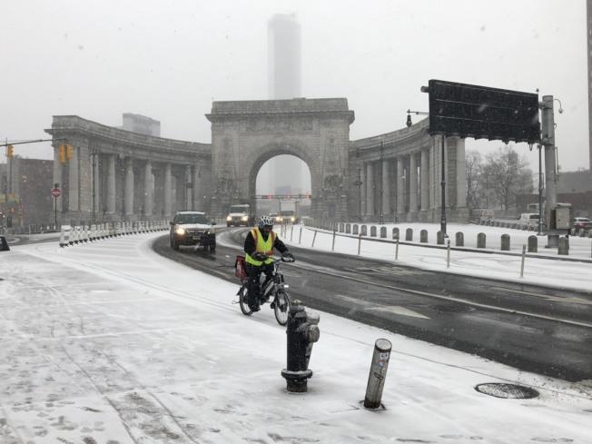 紐約曼哈頓地區30日下午降雪,曼哈頓橋橋頭人車稀少。記者洪群超/攝影