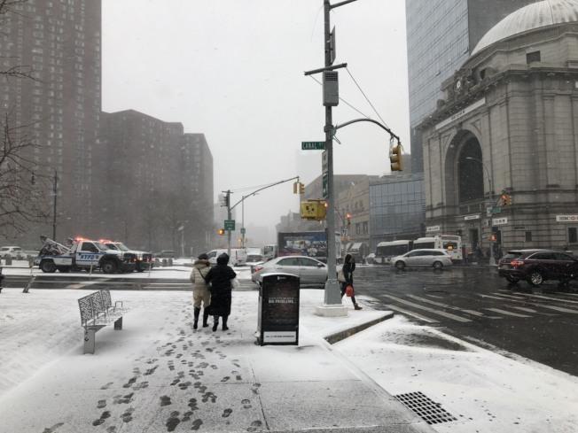 紐約曼哈頓地區30日下午降雪,華埠街頭行人不多。圖為行人在新雪下明顯的足跡。記者洪群超/攝影