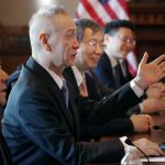 劉鶴來美談判遇衝撞 中國訪民對峙喊還產