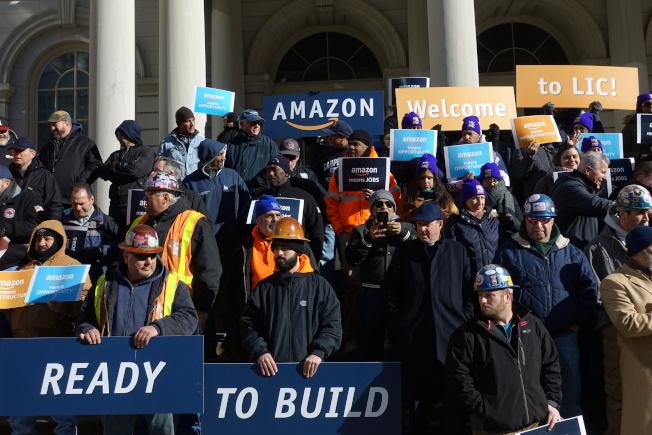 市議會外也有團體表示支持亞馬遜進駐。(記者金春香/攝影)