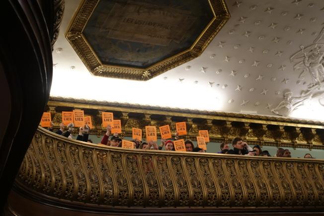 反對者在公聽會上高舉「亞馬遜說謊」標語。(記者金春香/攝影)