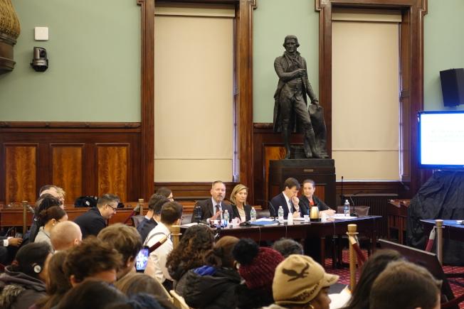 胡斯曼(左面坐者左一)、帕奇特(左三)等發言。(記者金春香/攝影)