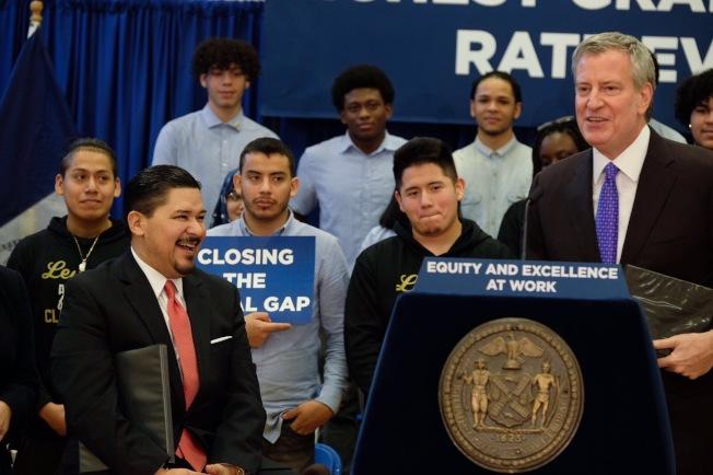 白思豪(發言者)宣布紐約市2018年高中畢業率創歷史新高,前排坐者為卡蘭扎。(取自白思豪推特)