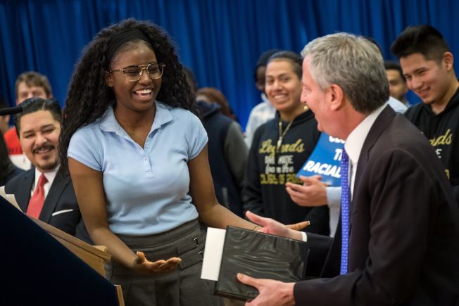 白思豪(右)宣布紐約市2018年高中畢業率創歷史新高,左為卡蘭扎。(取自市長辦公室Flickr)