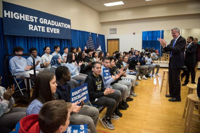 白思豪(發言者)宣布紐約市2018年高中畢業率創歷史新高。(取自市長辦公室Flickr)