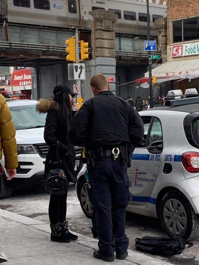 30日下午一名華裔女子遭竊賊偷走皮包,淚灑現場。(記者賴蕙榆╱攝影)