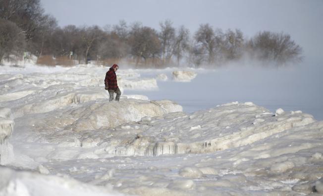 芝加哥的密西根湖畔,結了厚厚堅冰。(美聯社)