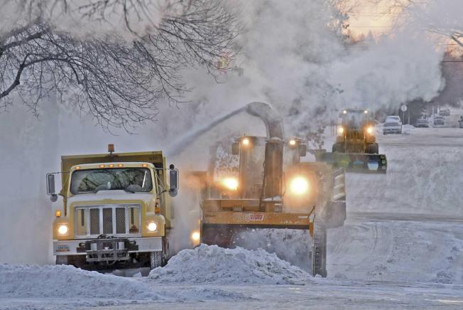 北達科他州俾斯麥市出動鏟雪車,清除路上積雪。(美聯社)
