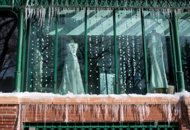 明尼蘇達州明尼阿波利斯市一家婚紗店的櫥窗,掛滿冰凌。(Getty Images)