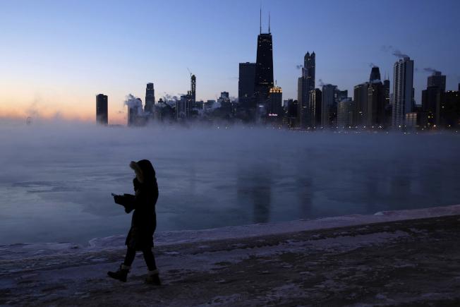 籠罩在北極渦旋下,芝加哥的密西根湖畔,一切彷彿凝結不動。(美聯社)