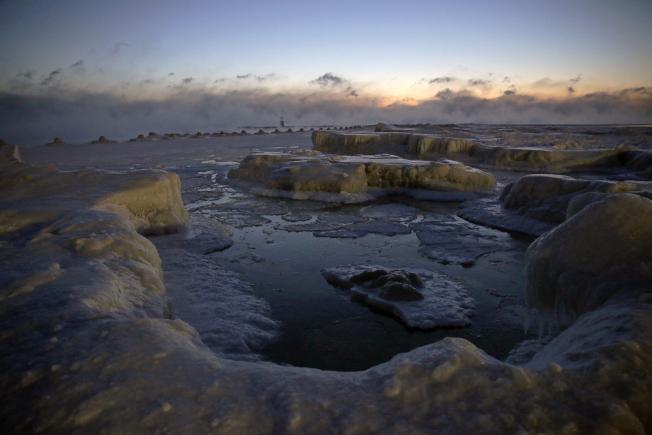 芝加哥的密西根湖畔,湖水結成厚厚一層堅冰。(美聯社)