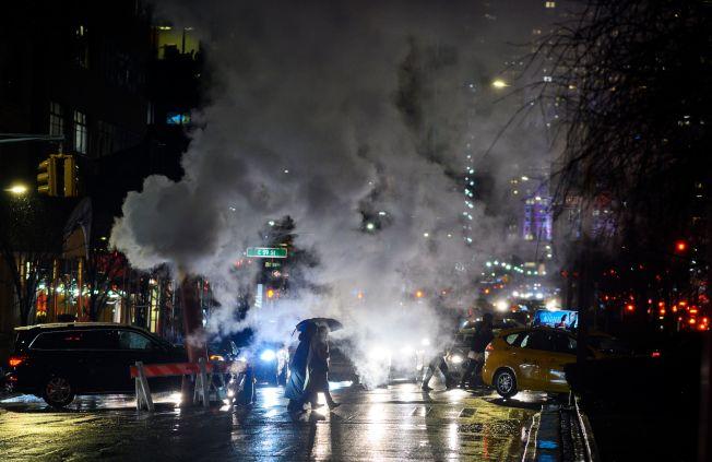 紐約市遭強大寒流侵襲,入夜體感溫度降至-20℉,管線洩出的蒸氣變成一片白霧。(Getty Images)