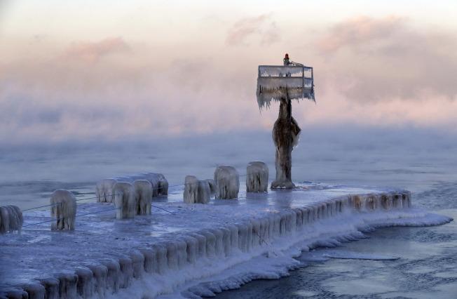 芝加哥的密西根湖畔,碼頭覆上一層堅冰。(美聯社)