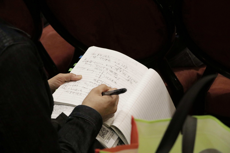 家長在會場認真仔細做筆記。