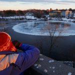 緬因河驚現巨大神秘「冰盤」 如水中月影