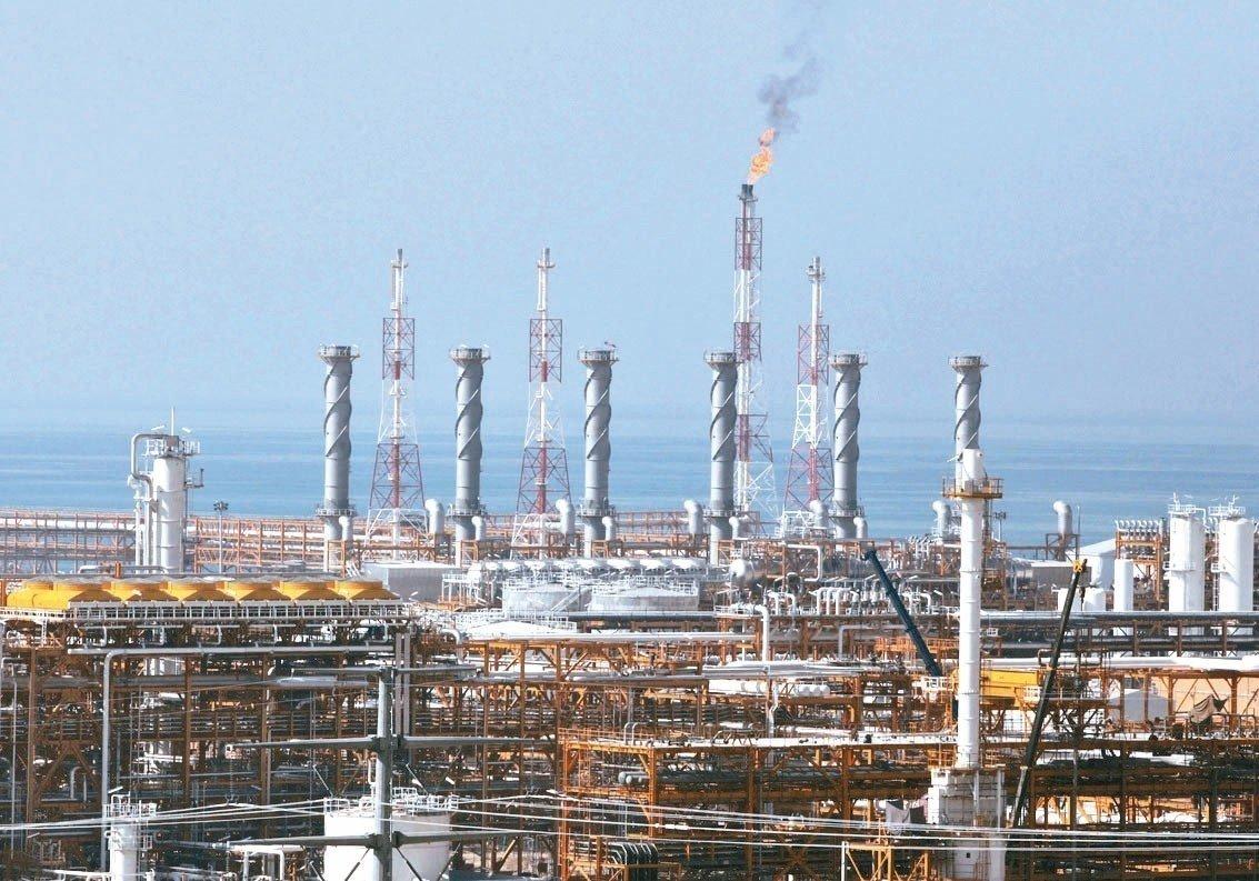 今年國際油市的主戲碼雖是石油國輸出組織及夥伴國(OPEC+)、與總統川普之間的角力,但無論誰贏誰輸,亞洲煉油業都將受池魚之殃,因為亞洲煉油廠面對的油價可能比歐、美業者都相對偏高。 美聯社