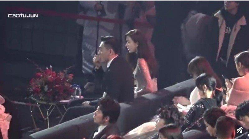 劉燁整晚坐在林志玲旁邊,卻頻頻嗑瓜子。圖/摘自微博