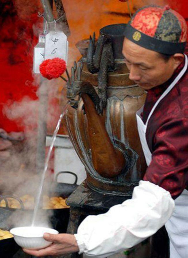 冲茶汤技师 需训练一年半载。 (取材自北京农家院网)
