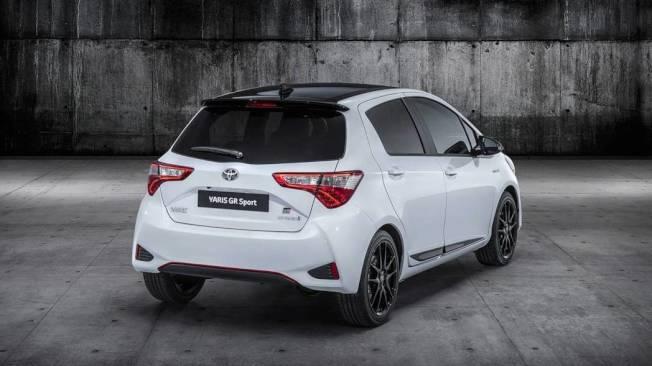 Yaris GR Sport有著黑色車頂搭配同色後擾流尾翼,與17吋黑色鋁圈搭配相當有一體感。(Toyota)