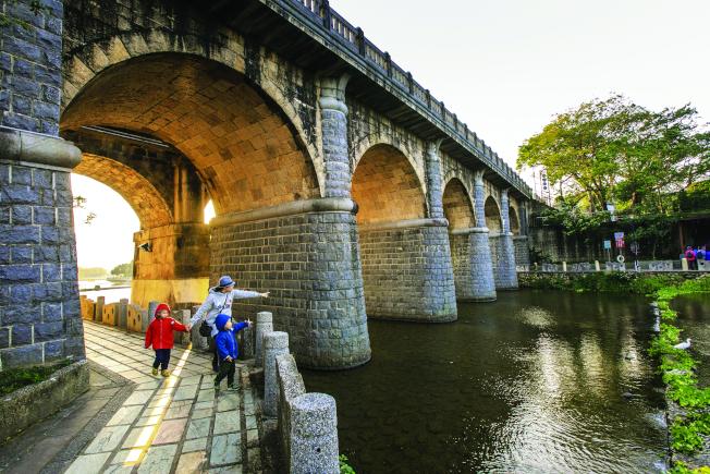關西東安古橋。(圖:觀光局提供)