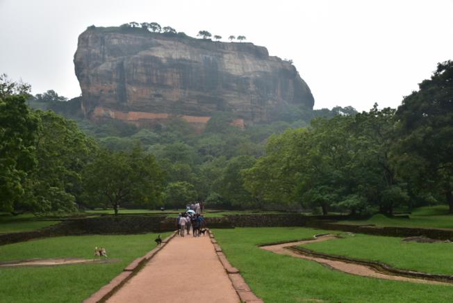 獅子岩是一座高約200公尺的巨大砂岩。