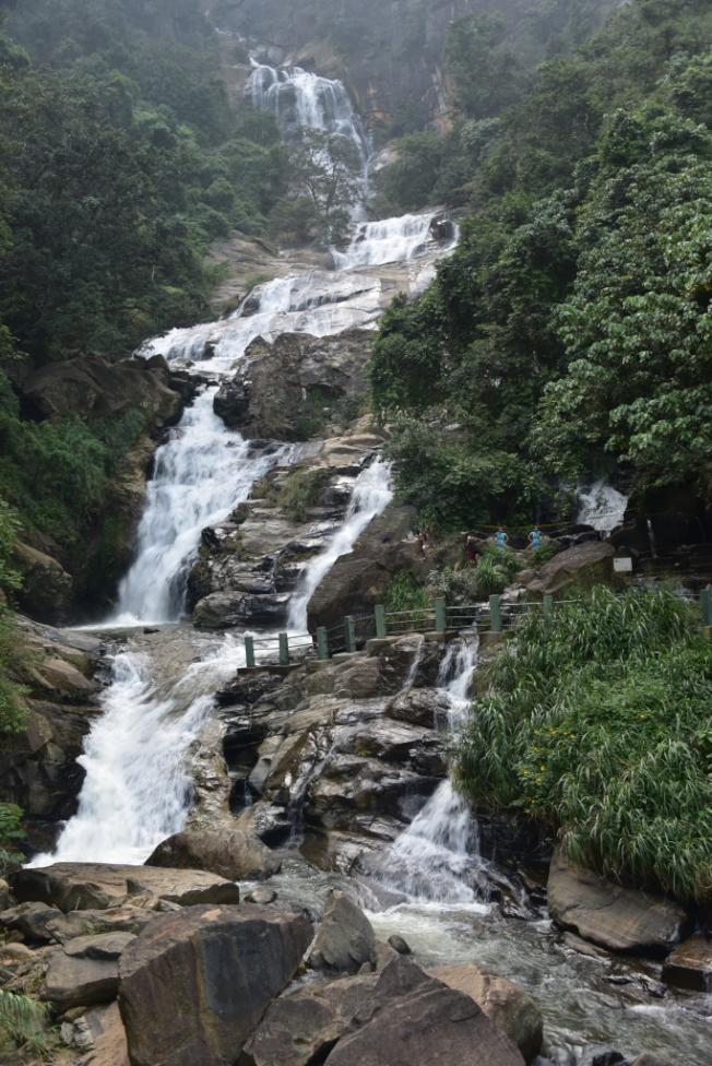 高達25公尺的Ravana Ella瀑布,由懸崖頂峰沿著石坡奔騰而下。