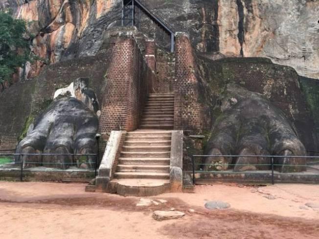 日守護獅子岩的雄獅巨雕只剩一對龐大的三趾獅足。