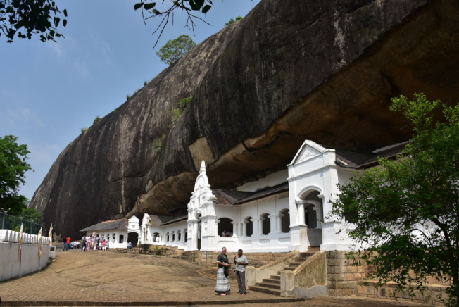 丹布拉洞窟寺包括一字列開的五座洞窟。
