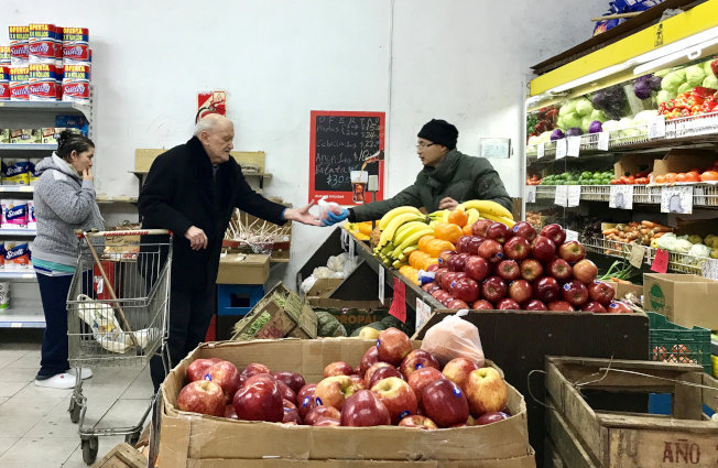 人們必須為退休生活儲蓄,因應沒有收入後的日常開銷,圖為一名長者在超市購物。(路透)
