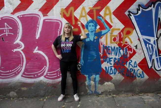 35歲的跨性別者芭芭拉‧艾利斯(Barbara Aires)在佛朗哥的塗鴉像旁,舉手捍衛LGBT權益;艾利斯是參選公職的53名跨性別候選人之一。(美聯社)