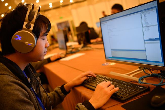 盲人程序員在比賽現場,透過聽取讀屏軟件來寫代碼。(中新社資料照片)