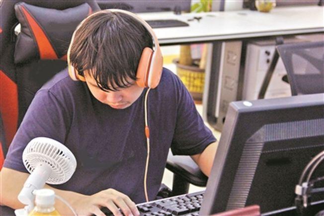 沈廣榮的工作是做信息無障礙優化的測試。(取材自廣州日報)
