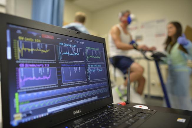 美國心臟學會表示,有近半數美國成年人罹患某種形式的心臟或血管疾病。圖為一名病人接受壓力測試,電腦監控病人的心臟功能。(美聯社)