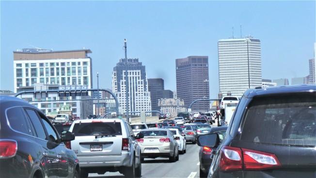 為減少車輛帶來的廢氣排放和壅塞問題,波士頓2050年無碳工作組提議向進入市區特定社區的汽車收取一次5元的費用。(記者唐嘉麗/攝影)